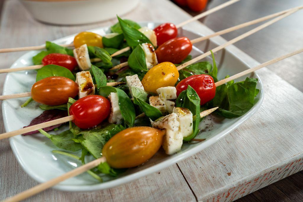 Caprese sa šarenim rajčicama u obliku ražnjića