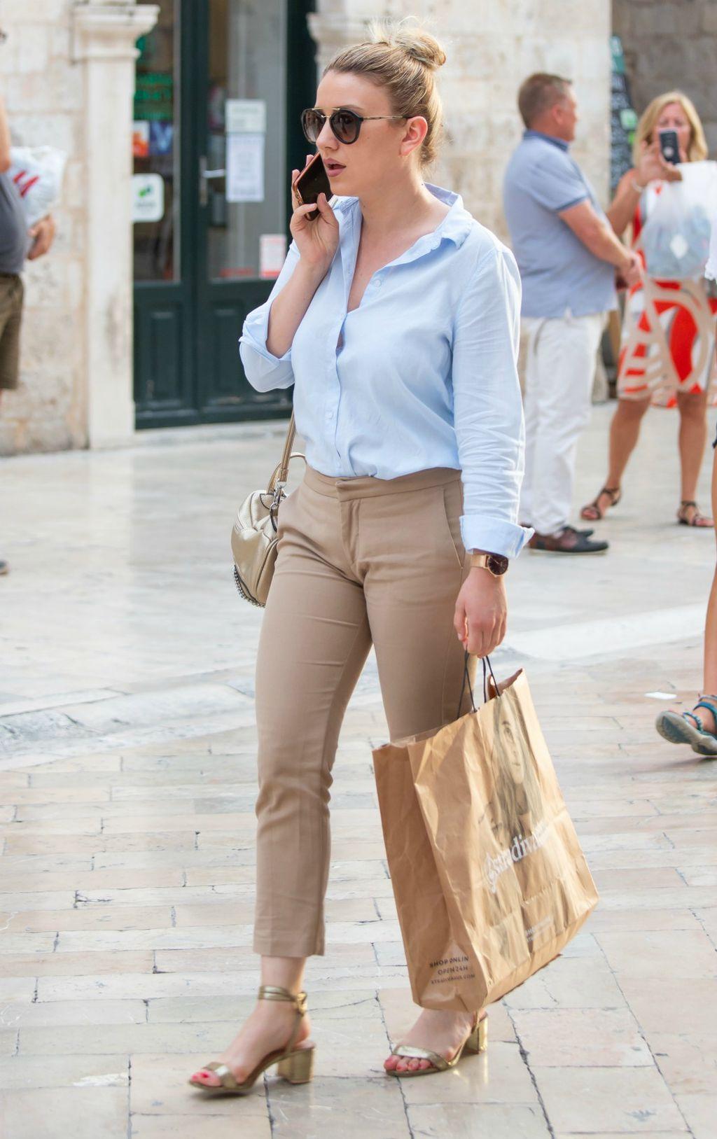 Dama sa Straduna u odličnoj poslovnoj ljetnoj kombinaciji
