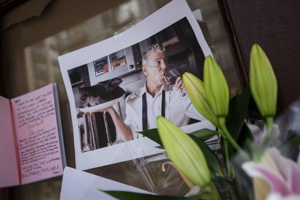 Slike i poruke za Anthonyja Bourdaina ispred nekadašnjeg restorana Brasserie Les Halles u New Yorku