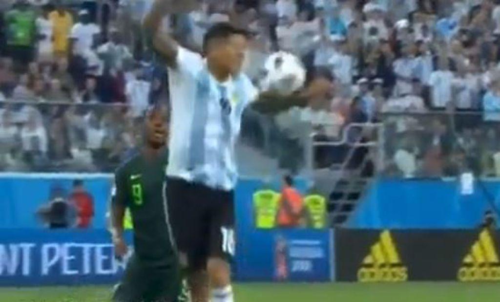 Marcos Rojo igra rukom (Screenshot)