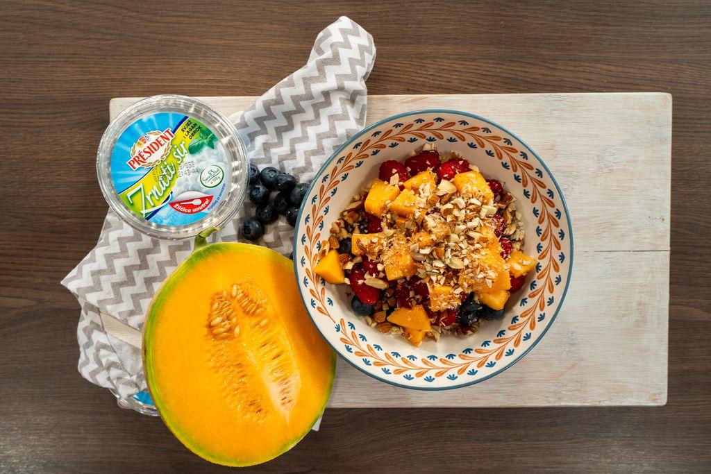 Voćna zdjelica sa zrnatim sirom