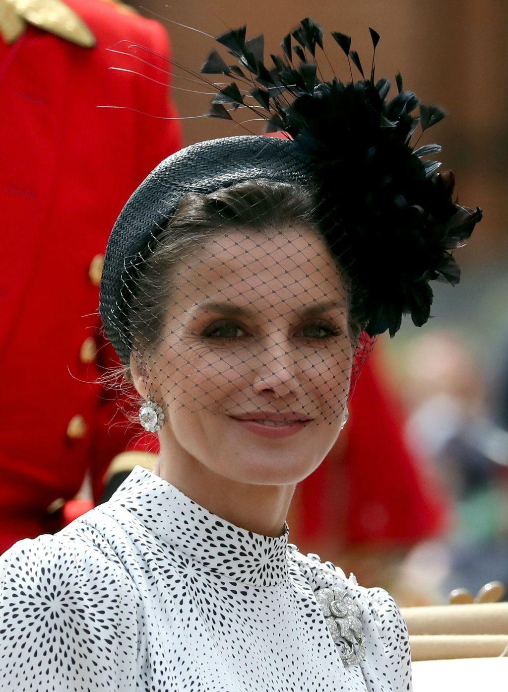 Crni veo unio je dašak glamura u kraljičino izdanje