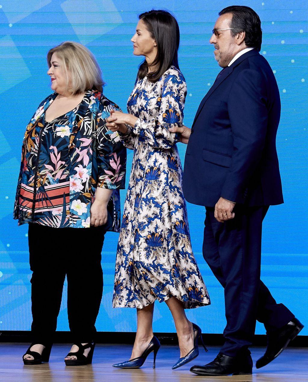 Kraljica Letizia u haljini \'za iznositi\' koja laska i XS i XL figurama - 6