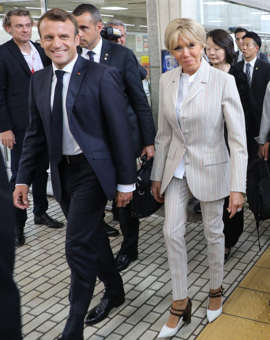 Brigitte Macron u dva modela štikli tijekom posjeta Japanu - 4