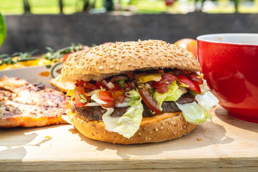 Burger s osvježavajućom salsom od Rajska rajčica
