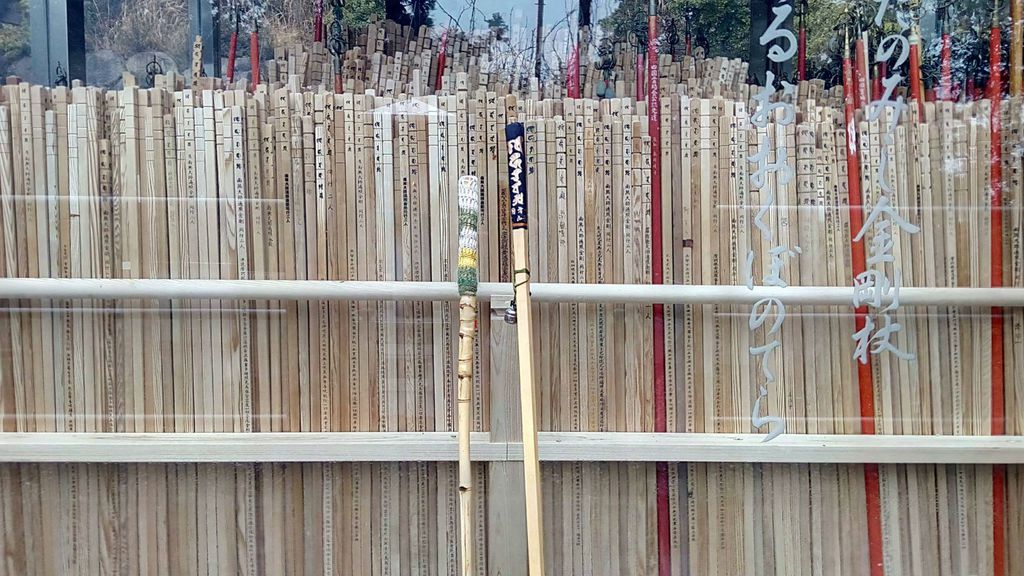 Jednom godišnje u posebnom se ritualu pale hodočasnički štapovi na kraju puta