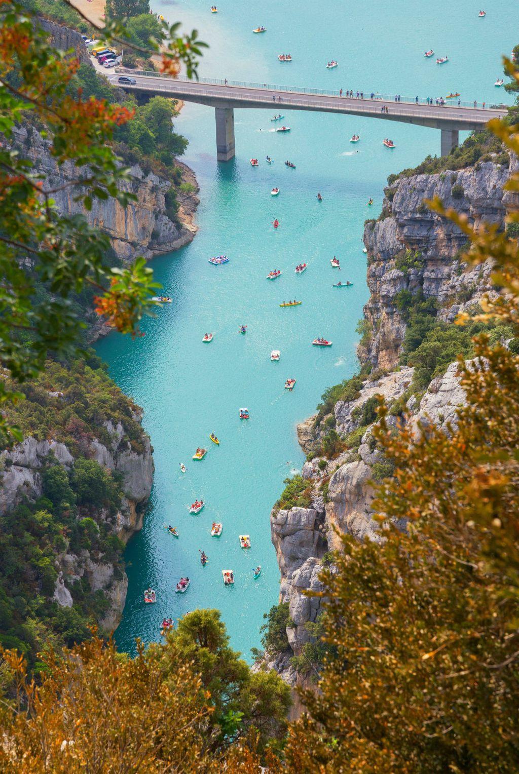 Prekrasna rijeka Verdon okružena vapnenačkim stijenama
