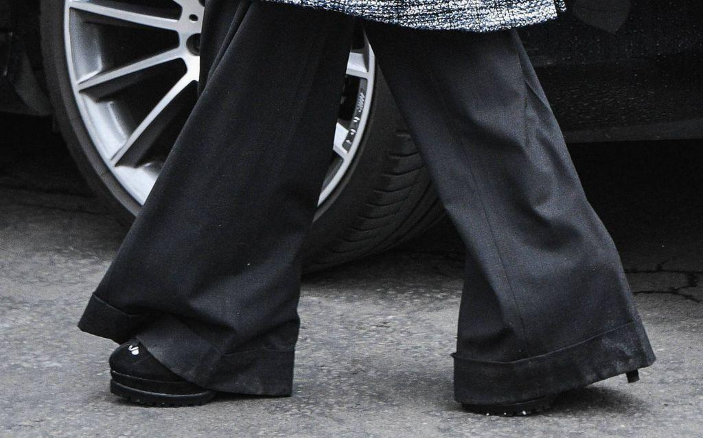Duge hlače širokog kroja sezale su do poda