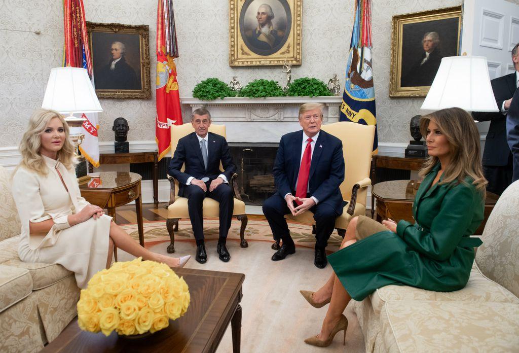 Melania je kaput nosila i tijekom sastanka u Ovalnom uredu