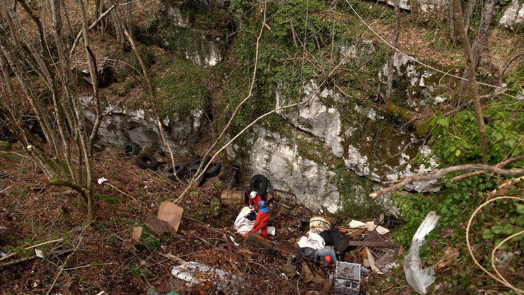 Vađenje smeća iz špilje kod Žute Lokve