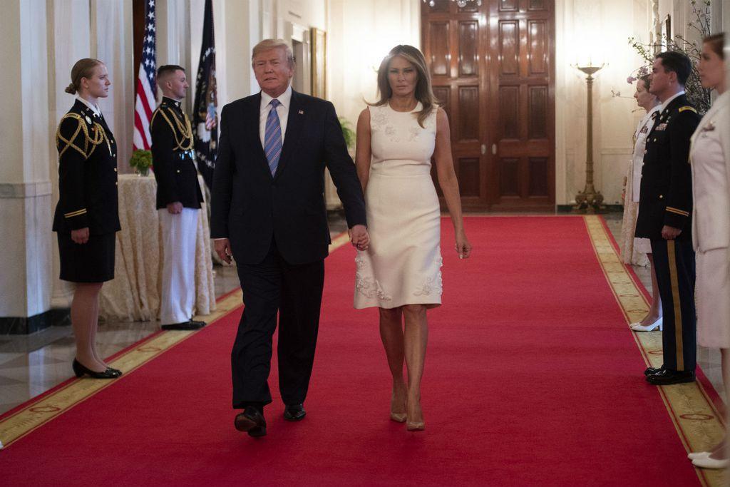 Melania Trump u bijeloj haljini i 'golim' štiklama