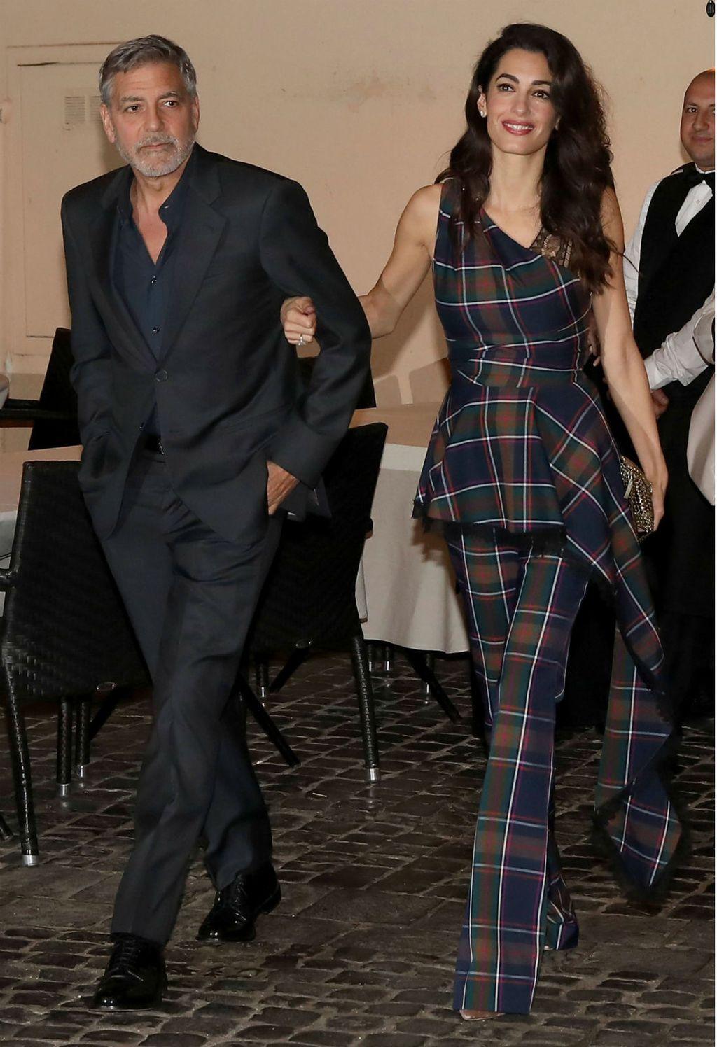 Amal Clooney u hlačama i topu istog kariranog uzorka - 6