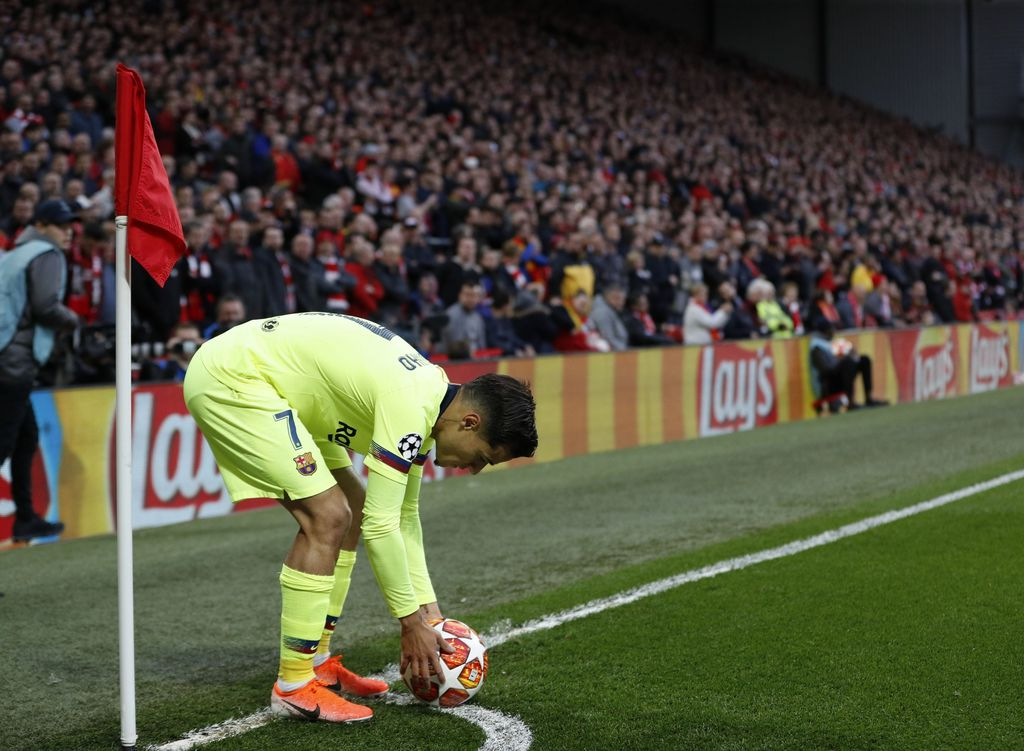 Coutinho izvodi korner za Barcelonu na Anfieldu (Foto: Darren Staples/Press Association/PIXSELL)