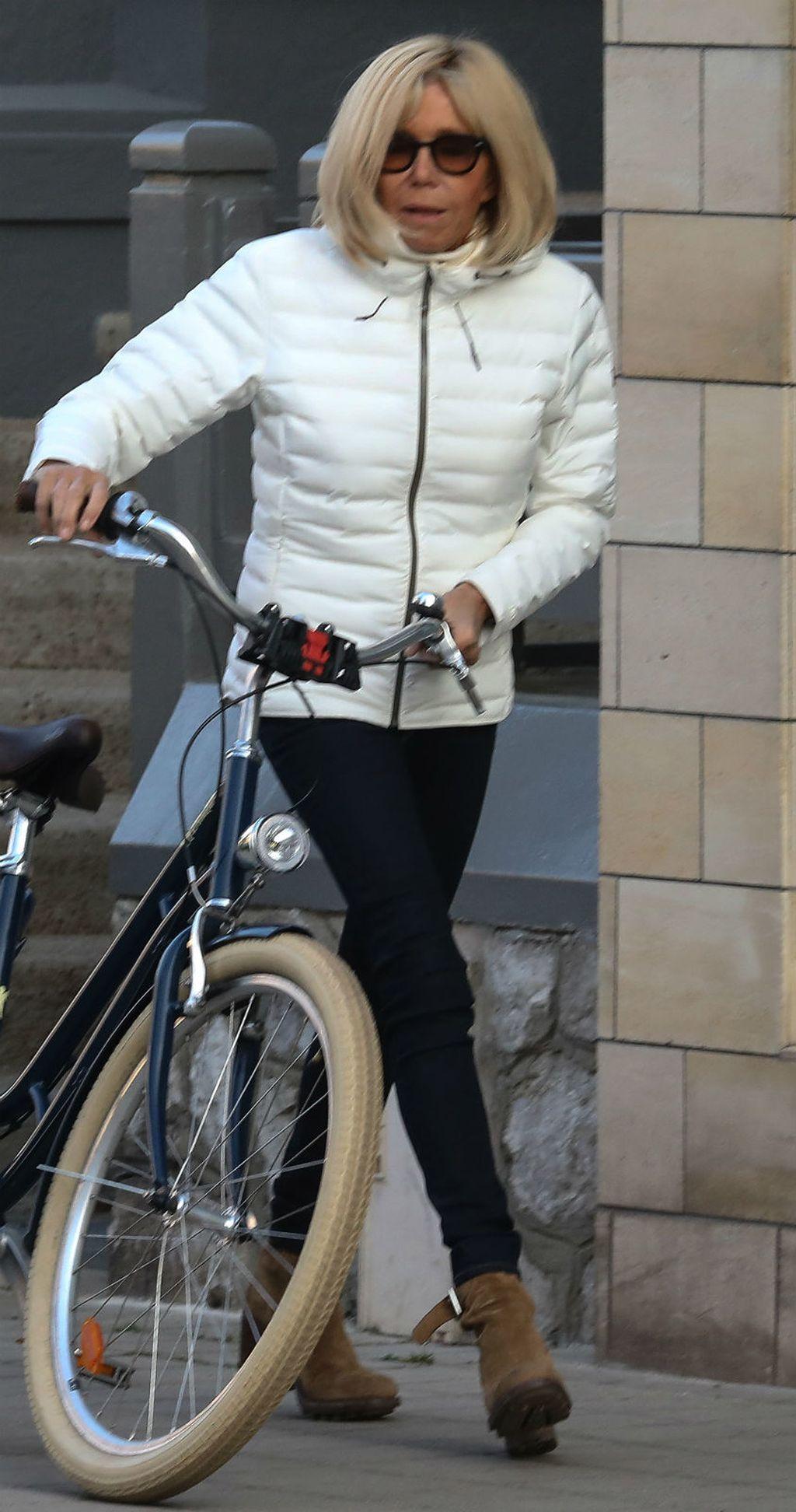 Brigitte Macron u skinny trapericama i gležnjačama - 4