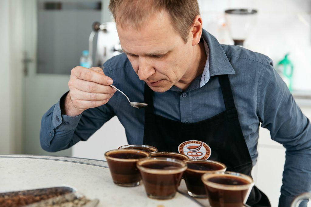 Krešo Marin kuša kavu