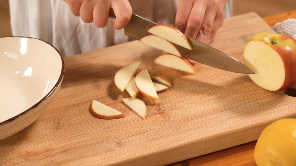 Jabuke za waldorfsku salatu narežite na tanke ploškice ili trakice