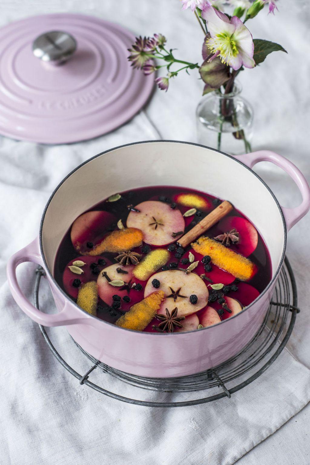 U kuhano vino možete staviti i razno sezonsko voće