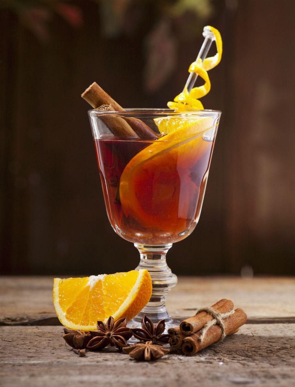 Kuhano vino poslužite u atraktivnoj čaši ili šalici s komadićima voća