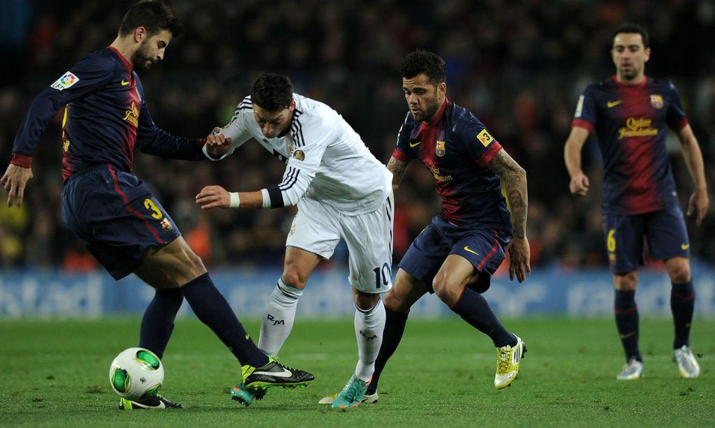 Mesut Ozil i Gerard Pique (Foto: AFP)