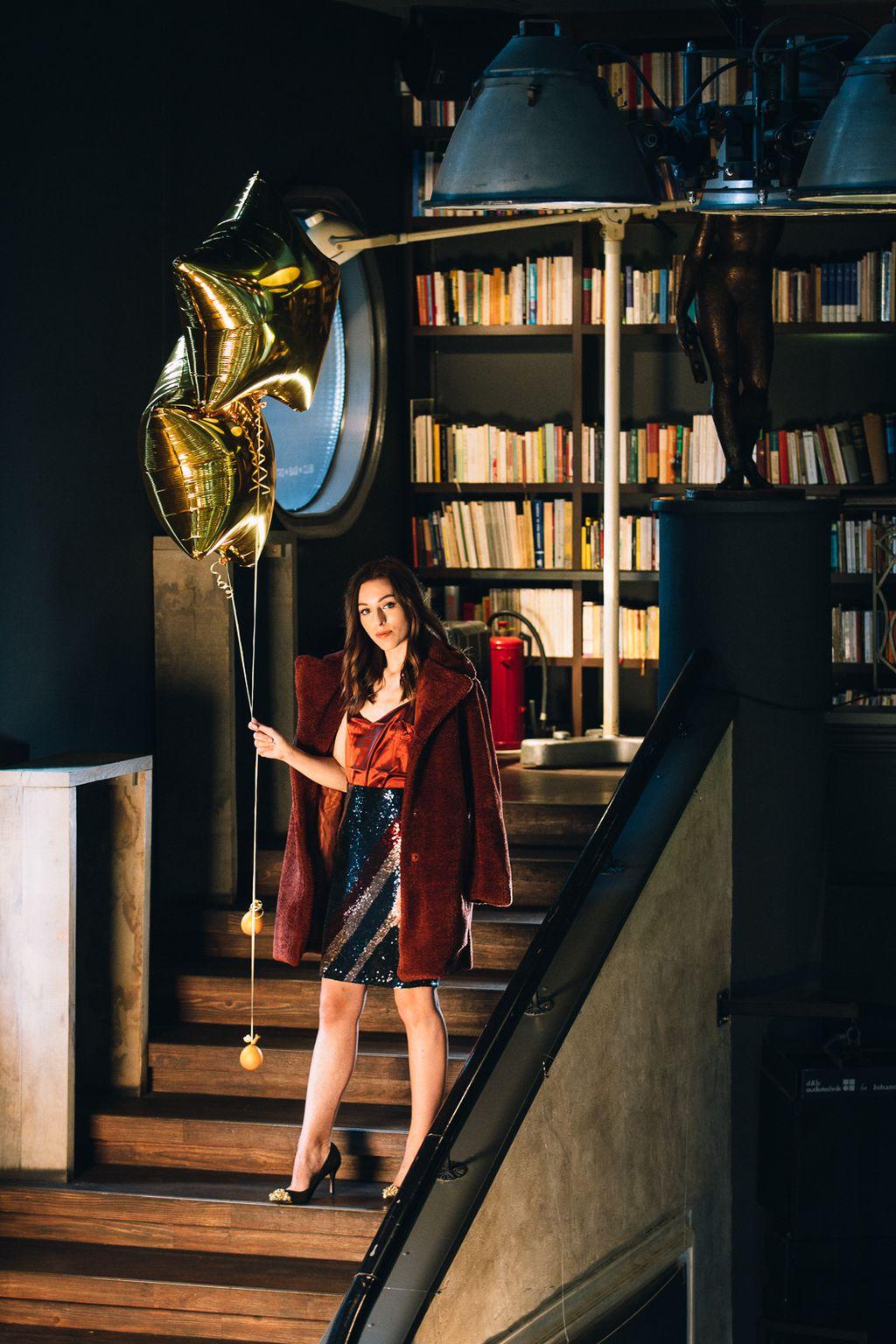 Šljokičasta suknja, LETSCELEBRATE, 99,99 kn; Satenski top, LETSCELEBRATE, 49,99 kn; Kaput LETSCELEBRATE, 222 kn