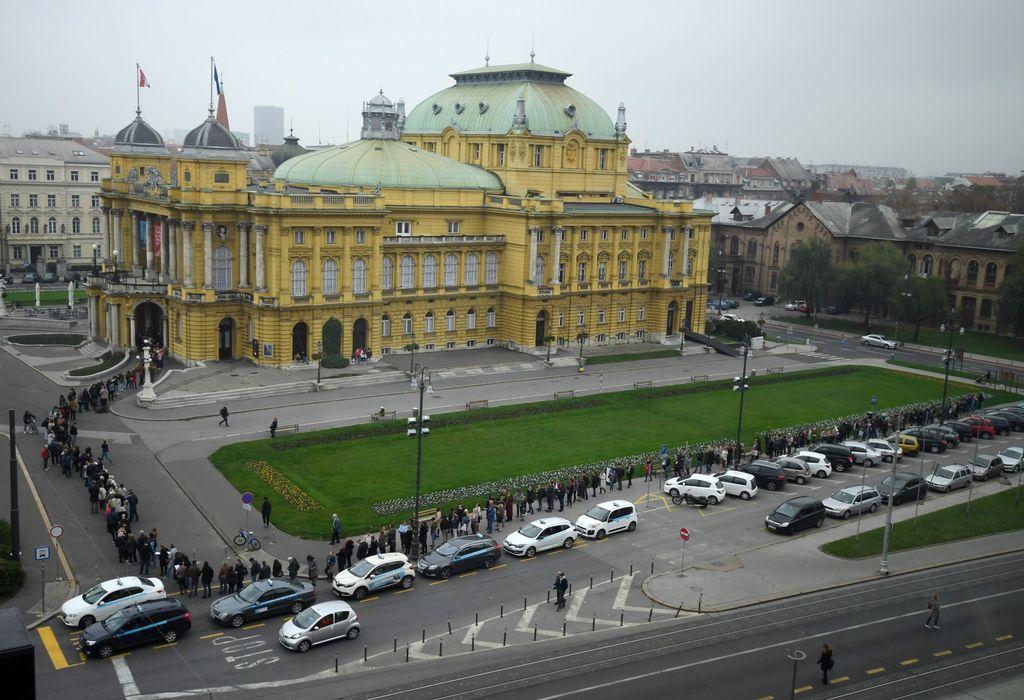 Red za ulaznice za balet \'Orašar\' ispred zagrebačkog HNK-a - 1