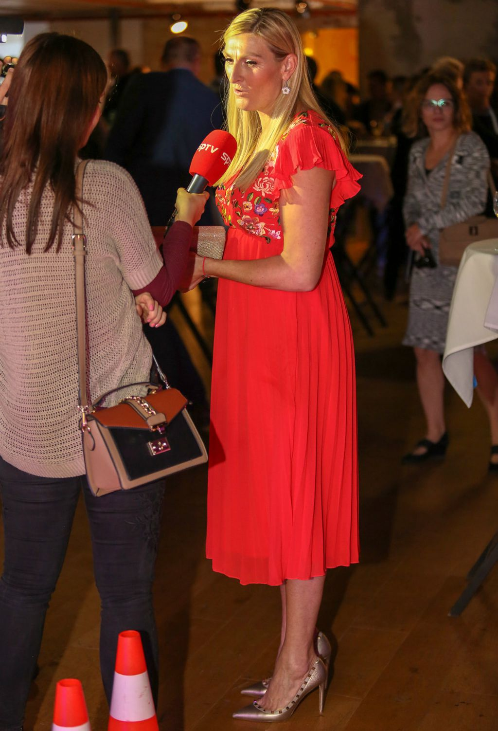 Janica na domjenku u metalik štiklama modne kuće Valentino