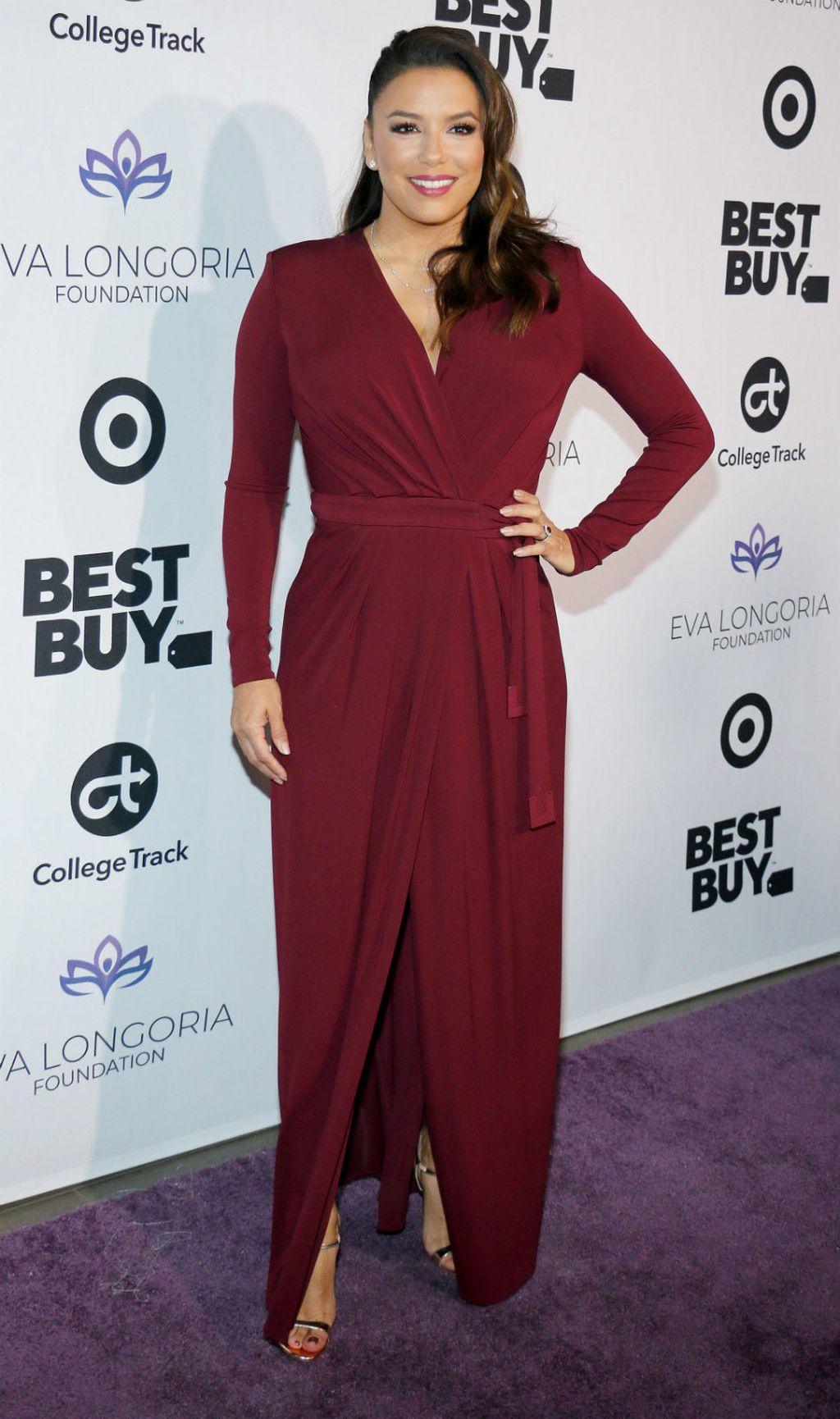 Eva Longoria u običnoj haljini koja laska figuri