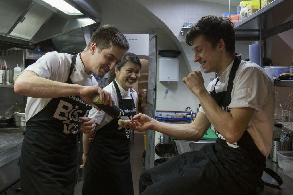 Hrvoje, Ikuko i Matija u kuhinji bistro Brokenships