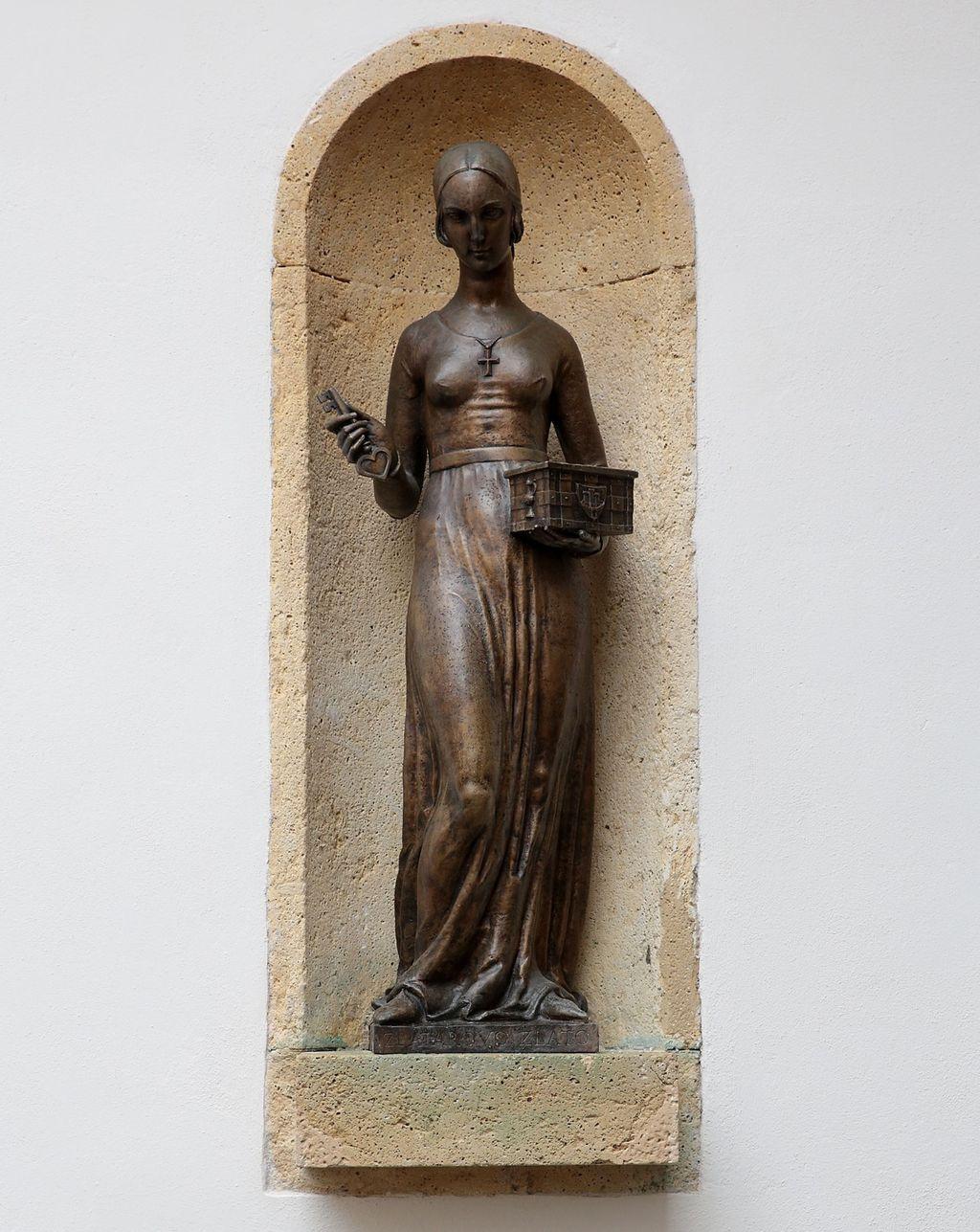 Još 1929. godine na pročelju Kamenitih vrata postavljen je kip Dore Krupićeve, rad kipara Ive Kerdića
