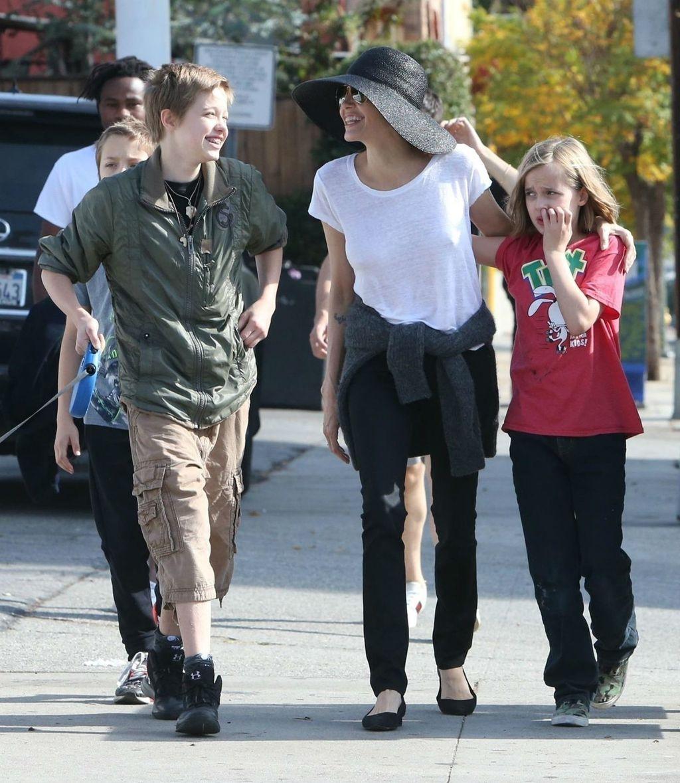 Angelina Jolie u šetnji s djecom i psom - 1