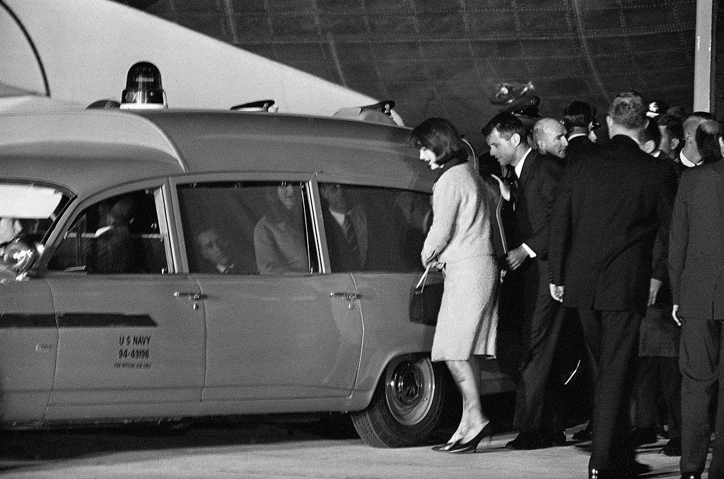 Jacqueline Kennedy ulazi u automobil s lijesom svoga supruga John F. Kennedyja