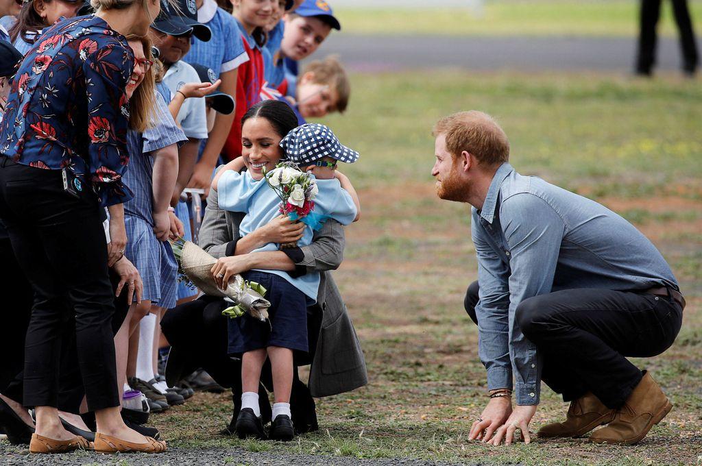 I Meghan je naposljetku dobila zagrljaj od mališana zbog kojeg je Harry odglumio ljutnju