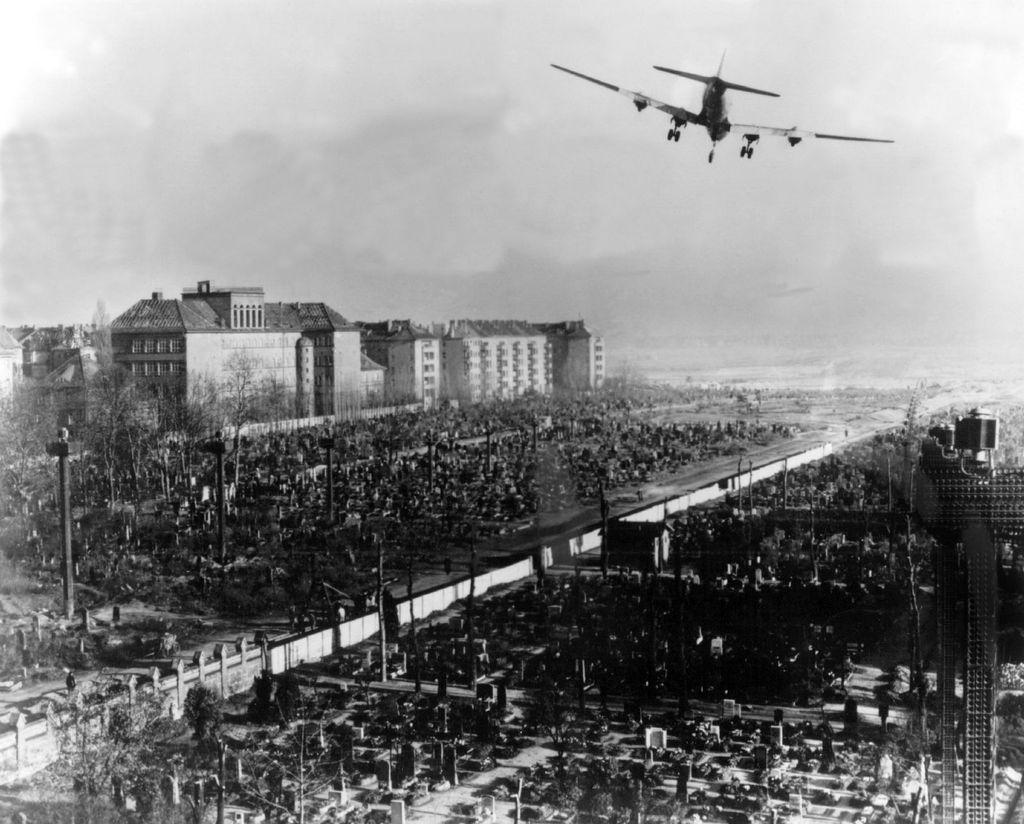 Američki zrakoplov stiže na aerodrom 1948.