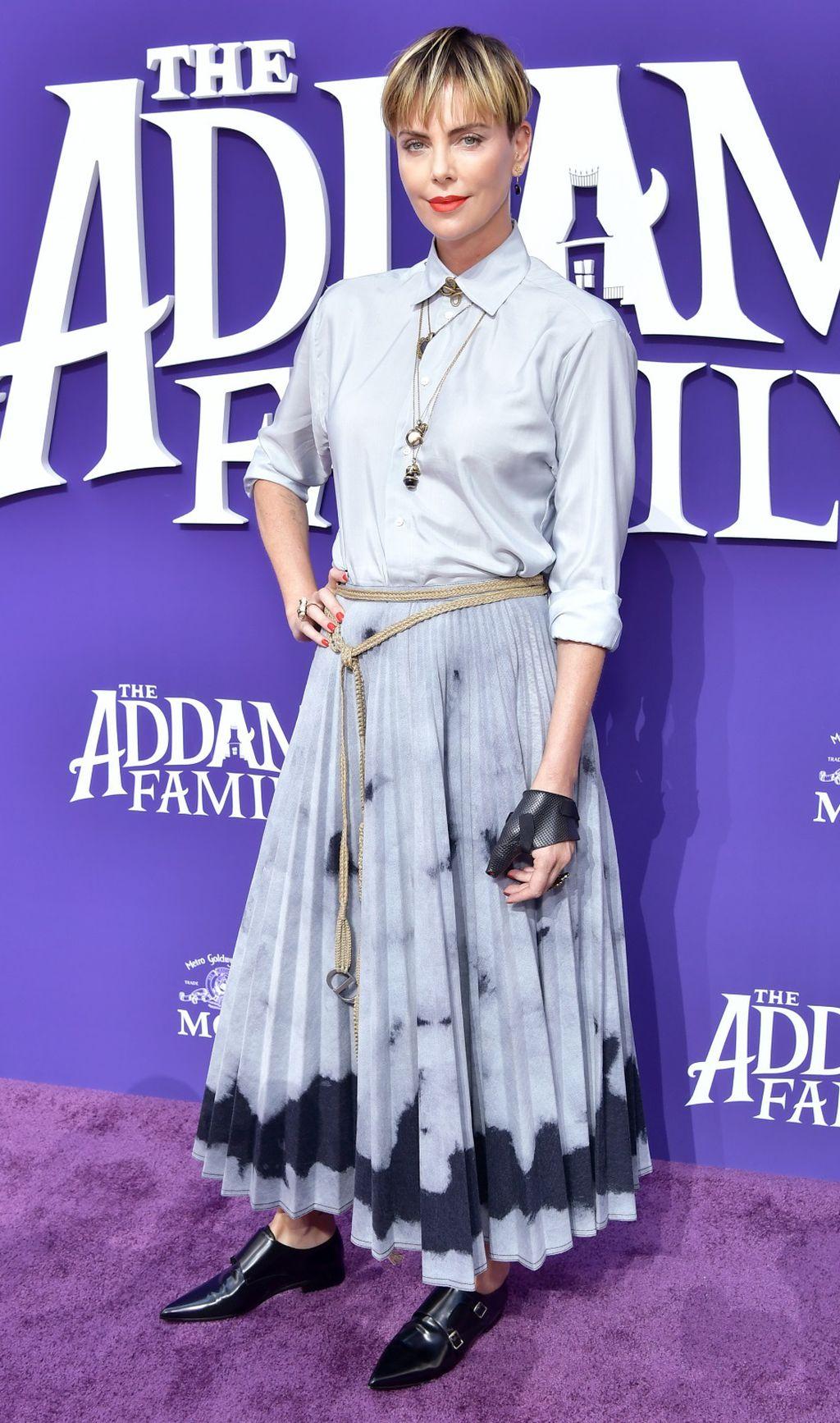 Charlize Theron na premijeri filma 'Obitelj Adams' u plisiranoj suknji modne kuće Dior