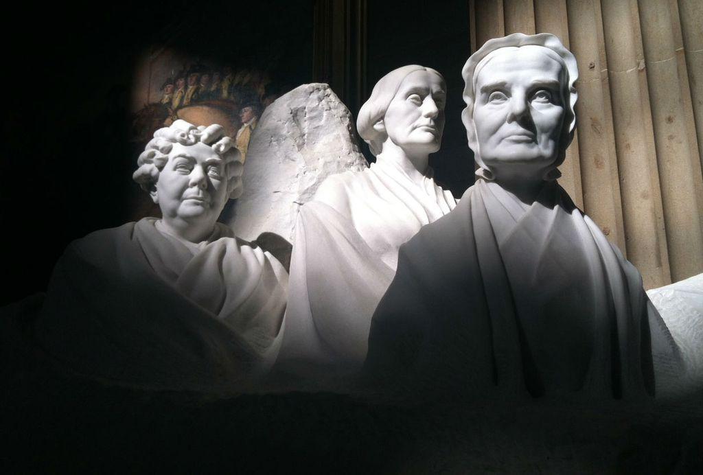 Elizabeth Cady Stanton (lijevo) i Susan B. Anthony (u sredini)