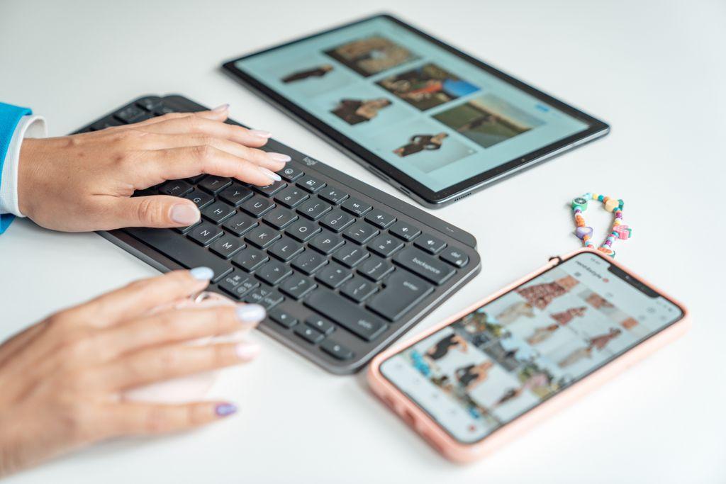 Matea Miljan uvijek radi na više fronta, a uz pomoć tipkovnice MX Keys Mini može jednostavno povezati do tri bežična uređaja odjednom pomoću Bluetooth-a