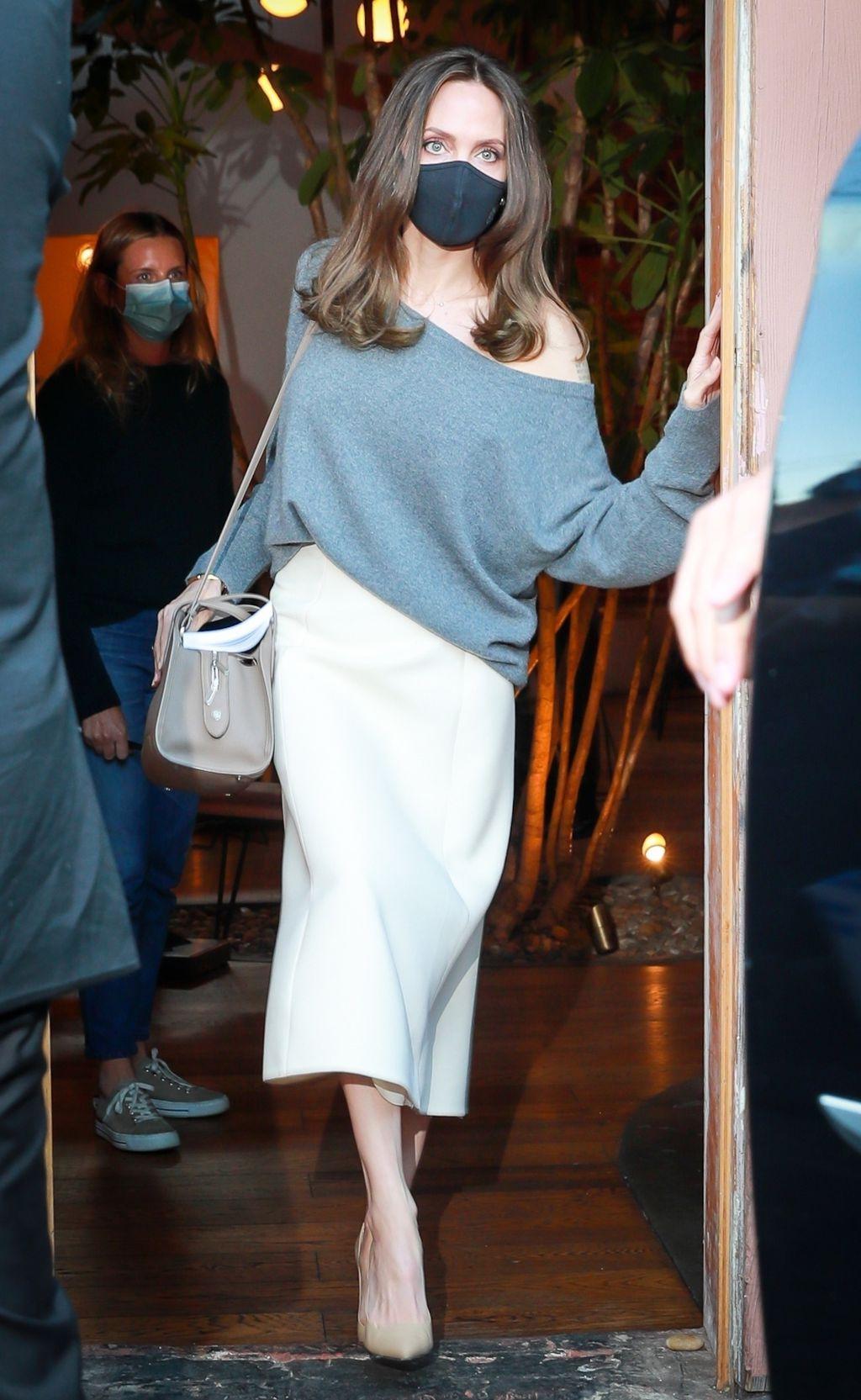 Angelina Jolie u bijeloj suknji i puloveru s golim ramenom - 2