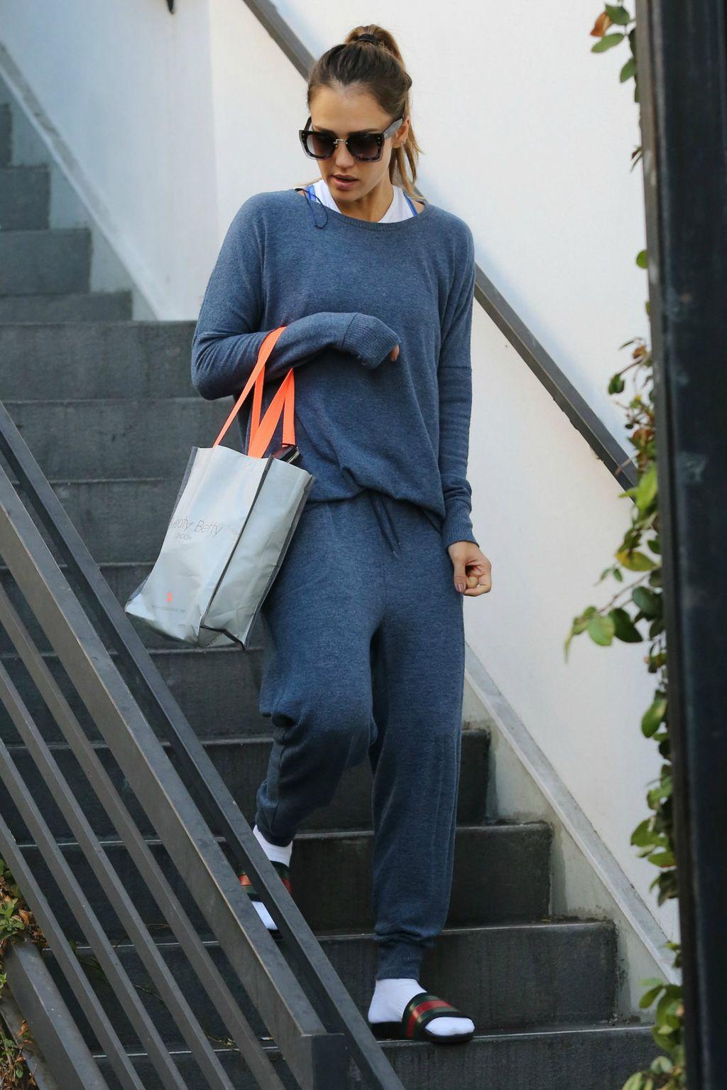 Jessica Alba iskombinirala je Gucci natikače s bijelim čarapama