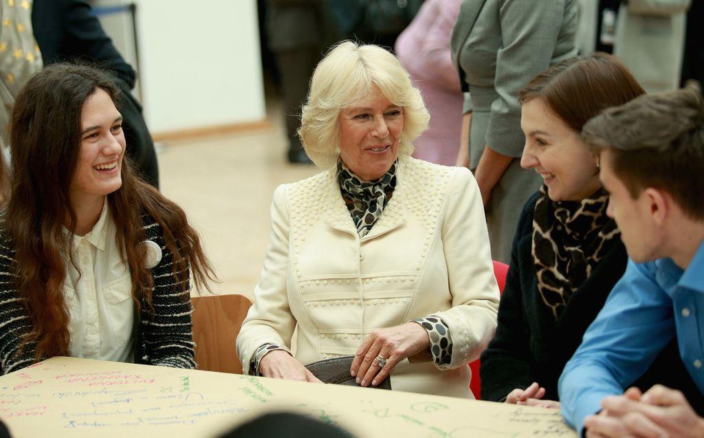 Kristina Kruhak i vojvotkinja od Cornwalla u razgovoru s vukovarskim osnovnoškolcima