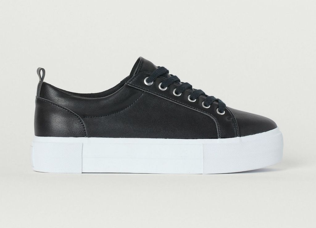 Novi modeli crnih tenisica iz trgovina - 1