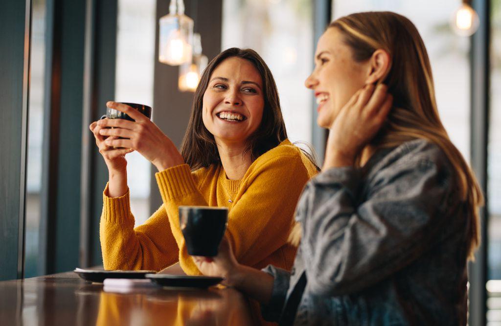 Prijateljice piju kavu