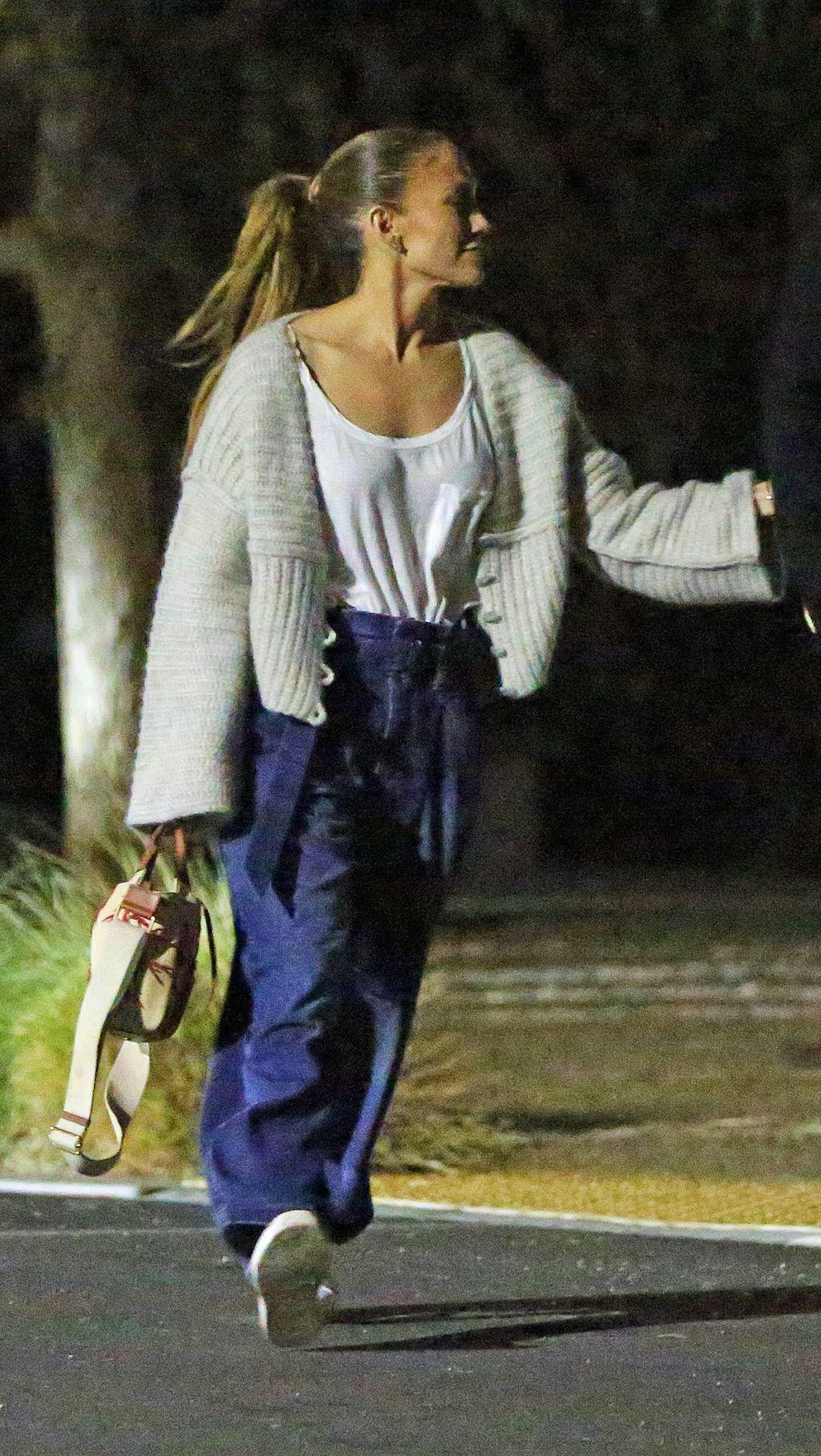Jennifer Lopez u trapericama s predimenzioniranim nogavicama - 2