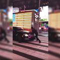 Policajac Ian Wallace je tek lakše ozlijeđen (FOTO: YouTube/Screenshot)