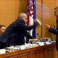 Krstičević u bijesu baca maketu o tlo (Foto: Dnevnik.hr)