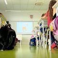 Učenici u školskim klupama
