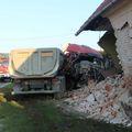 Kamionom sletio s ceste i zabio se u kuću (Foto: Pozega.eu)