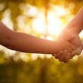 Mama i dijete se drže za ruke (Foto: Getty Images)