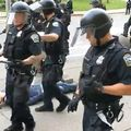 Policija gurnula 75-godišnjaka na tlo