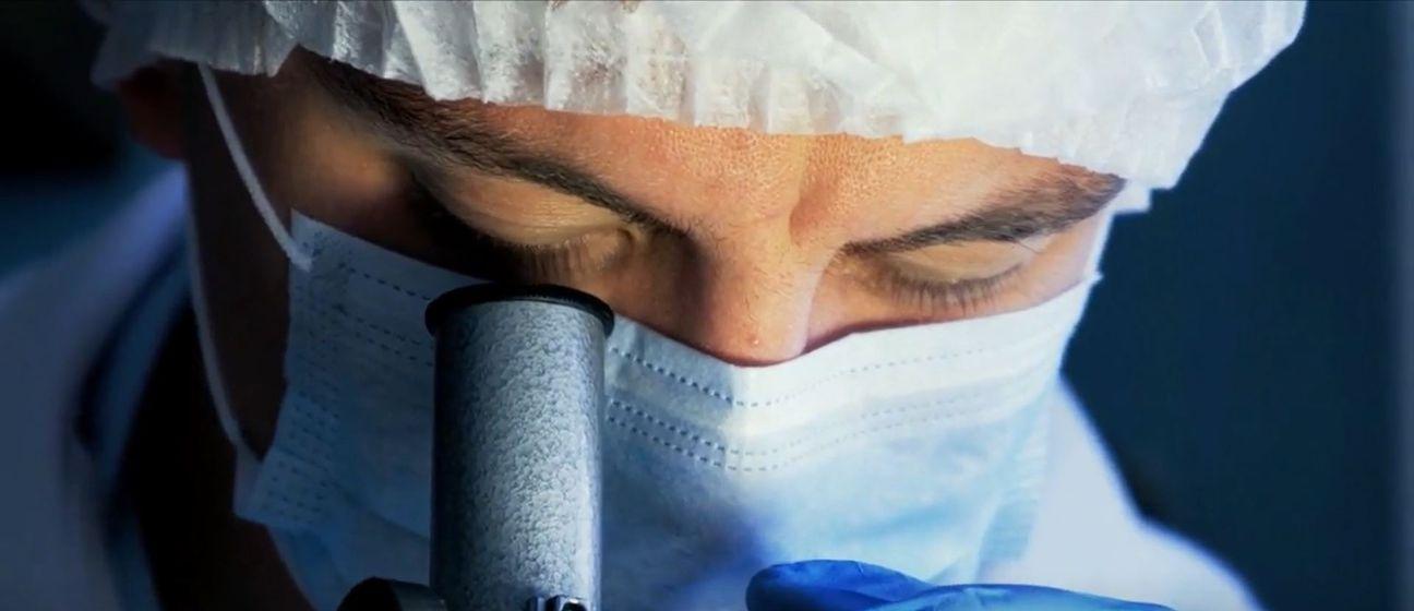 Liječnik gleda kroz mikroskop, ilustracija