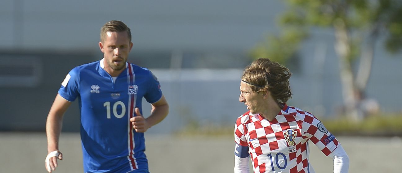 Gylfi Sigurdsson i Luka Modrić (Foto: AFP)
